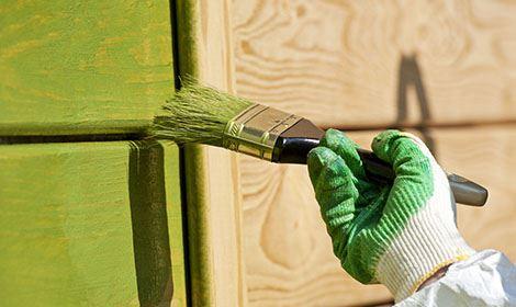 buitenschilderwerk schuur met groene verf