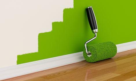 Binnenschilderwerk met groene muur en verfroller